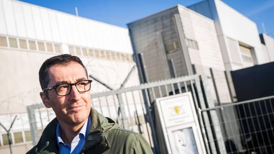 Cem Özdemir auf dem Gelände der Justizvollzugsanstalt Stuttgart-Stammheim (Archivbild)