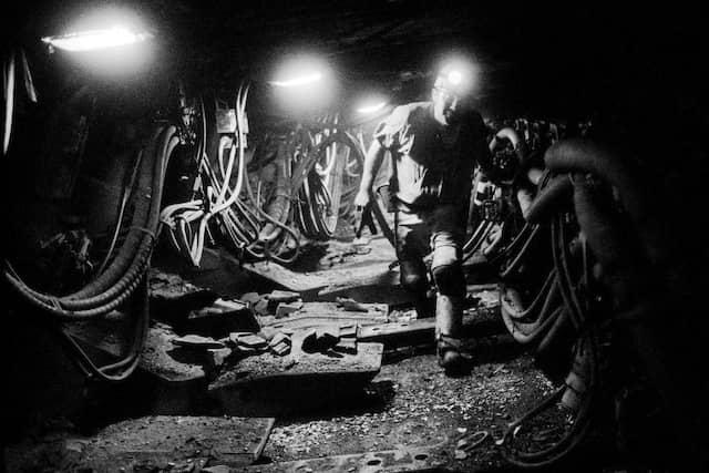 Ein Bergmann bei der Arbeit im Streb, dem Teil des Flözes, in dem die Kohle abgebaut wird.