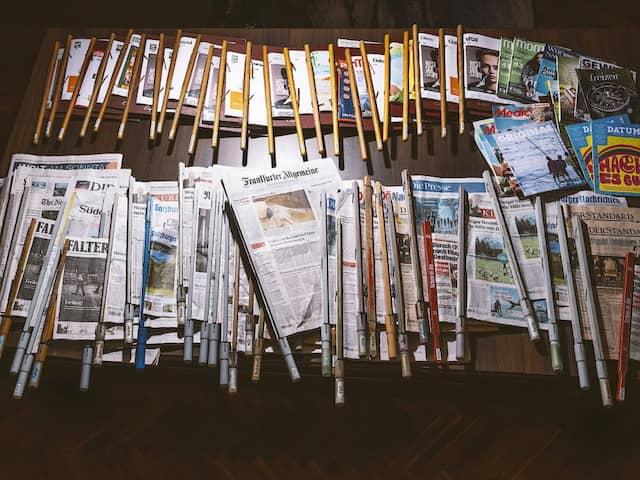Das liets man etwas länger: Im Café Traxlmayr im Linz liegen um die 100 aktuelle Ausgaben verschiedener Tageszeitungen und Journale aus.