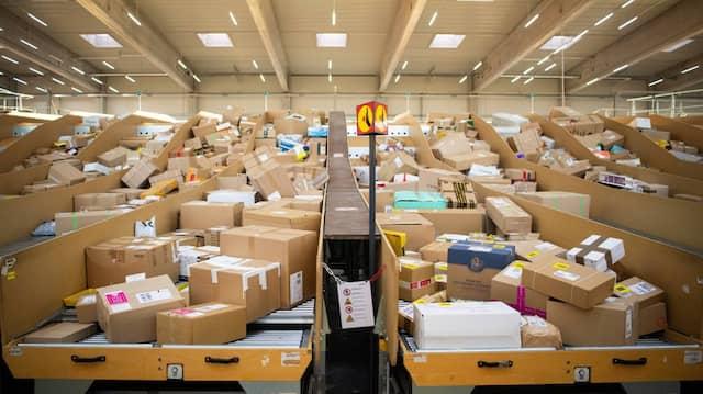 Pakete liegen in einem Paketzentrum von Deutsche Post und DHL in Berlin.