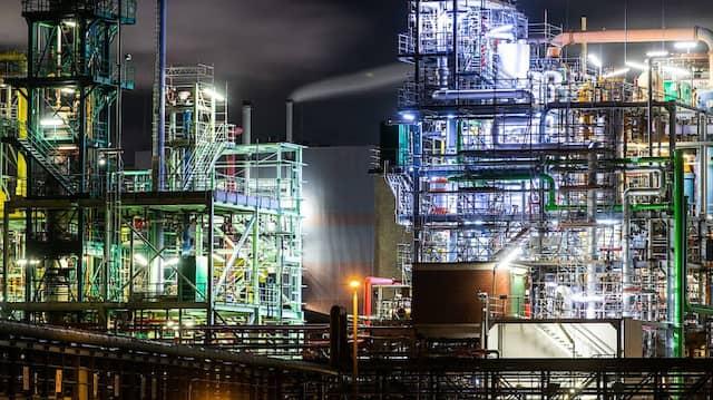 Der Frankfurter Industriepark Höchst, einem Standort der Pharma- und Chemieindustrie, bei Nacht im Januar 2020.