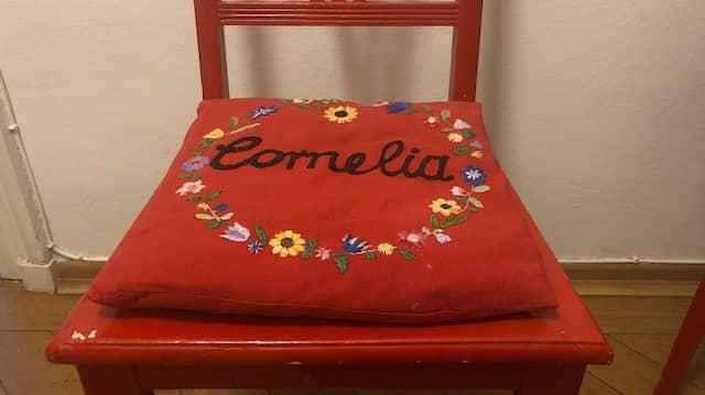 Cornelia Niemanns Lieblingsstück: Ein rotes Kissen mit dem Aufdruck ihres Vornamens