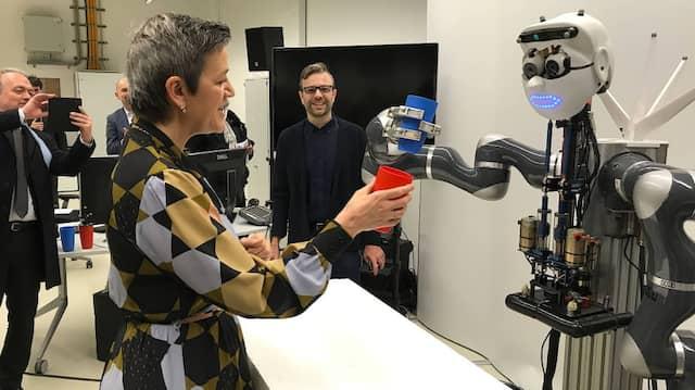 Zum Wohl: Kommissarin Vestager mit einem Roboter in Tübingen