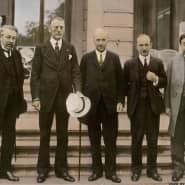 Europäische Politiker, unter ihnen Aristide Briand (1.v.l.) und J.A. Chamberlain (2.v.l.) bei einer Sitzung des Völkerbunds um 1926.