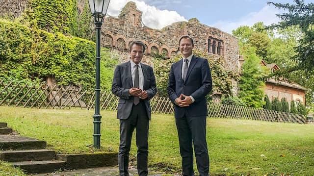 Schlossherren: Präsident Günther Oettinger (links) und Rektor Martin Böhm auf dem EBS-Campus Reichartshausen in Oestrich