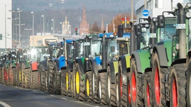Gemeinsam gegen die Agrarpolitik: Traktoren bei der Bauerndemo in Wiesbaden.