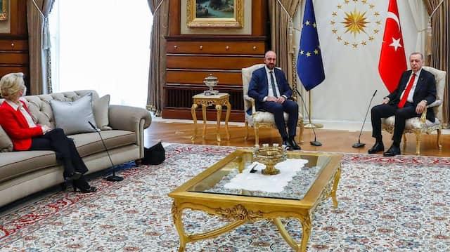 """Erstaunt: EU-Kommissionspräsidentin Ursula von der Leyen entfuhr ein """"Ähm"""", als sie nicht neben dem türkischen Präsidenten Erdogan sitzen durfte."""