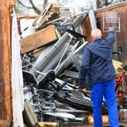 Ein Mann entsorgt Gerümpel auf den Recyclinghof der Stadtreiniger. Viele Hessen räumen offenbar ihre Häuser und Gärten auf.