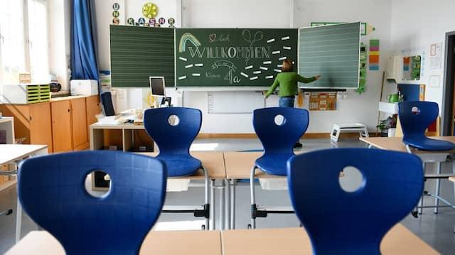 Die Schulleiterin einer Münchner Schule erwartet die 4a zum Beginn des neuen Schuljahres am 14. September 2021.
