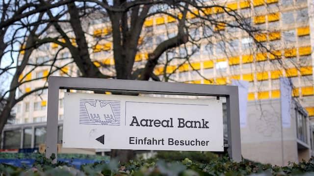 Vor der Aareal Bank in Wiesbaden