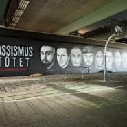 """Vor der Schmiererei: Das Graffito mit den Gesichtern der Opfer des Hanauer Anschlags und den Worten """"Rassismus tötet"""" an der Friedensbrücke in Frankfurt."""