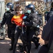 Verbotene Kundgebung: Polizisten führen eine Demonstrantin in Frankfurt ab.