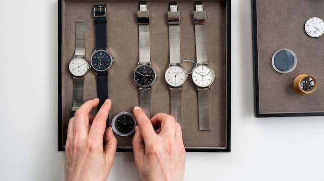 Die unterschiedlichsten Modelle:  Thomas Höhnel zeigt seine Arbeit für Nomos Glashütte.