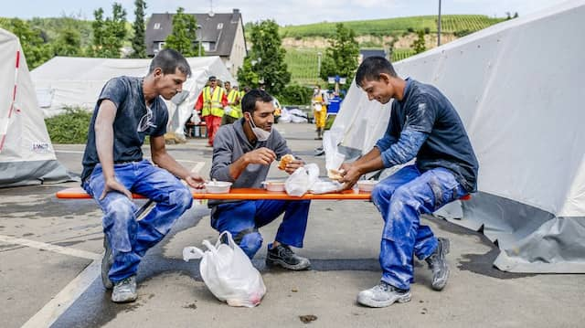Essen für Unterstützer: Auch Helfer werden im Verpflegungszentrum versorgt.