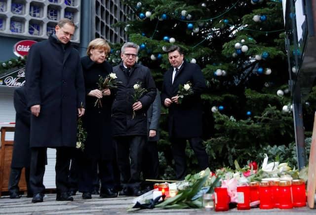 Welche Reaktion der Politik ist nun zu erwarten? Berlins Regierungschef Michael Müller, Bundeskanzlerin Angela Merkel und Bundesinnenminister De Maizière am Tatort in Berlin am Tag nach dem Anschlag.