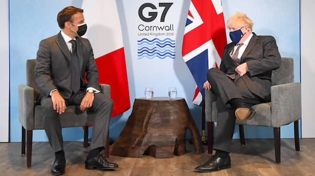 Frankreichs Präsident Emmanuel Macron und der britische Premierminister Boris Johnson bei einem Treffen während des G-7-Gipfels in Cornwall am Samstag