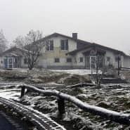 Wenig einladend: Weil der Feldberghof wegen Sanierungsarbeiten noch geschlossen ist, entsteht daneben eine hölzerne Alpenhütte.