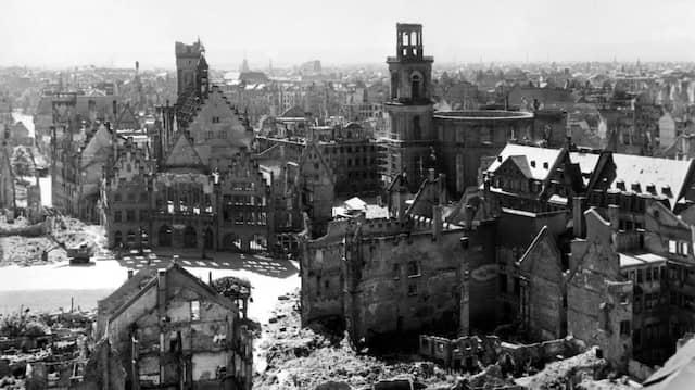 """Die Frankfurter Innenstadt 1945, hinten die Paulskirche: """"ein riesiges Rund aus nackten, ausgeglühten Steinen von einer beinahe römischen Gewaltsamkeit""""."""