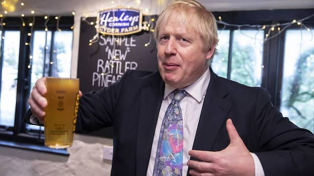 Feierlaune im Wahlkampf: Boris Johnson zieht laut Umfragen davon.
