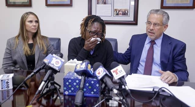 Gina Alexis weint um ihre 14 Jahre alte Tochter, die bei einer Pflegefamilie lebte und im Januar ihren Suizid in Florida auf Facebook Live übertragen hatte. Später kam heraus, dass die Mutter selbst die Suizid-Ankündigung verfolgt hatte und nicht eingeschritten war – wie Hunderte weitere auch.