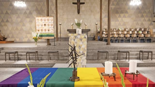"""Gott segne euch"": Altar mit Regenbogenflagge in der Frankfurter Kirche Maria Hilf"