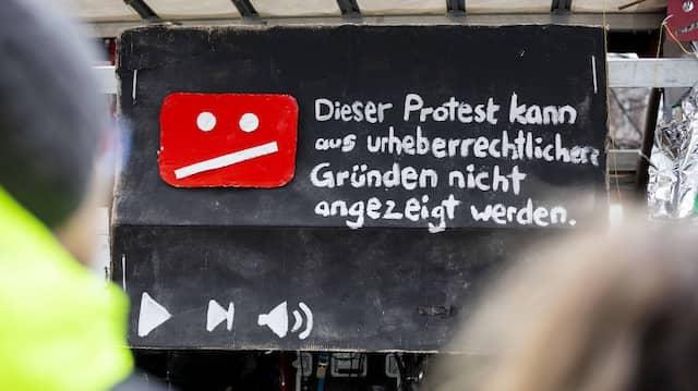 Ein Schild auf einer Demonstration gegen die EU-Urheberrechtsrichtlinie am 2. März 2019 in Berlin.
