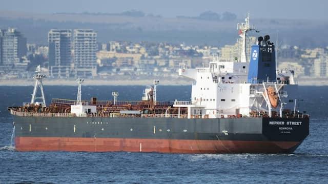 """Der Tanker """"Mercer Street"""" im Januar 2016 vor der Küste Kapstadts"""