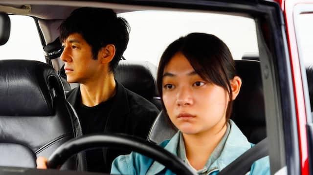 """Im Auto kann man am besten vom eigenen Unglück erzählen: Szene aus Ryusuke Hamaguchis Film """"Drive my Car"""""""