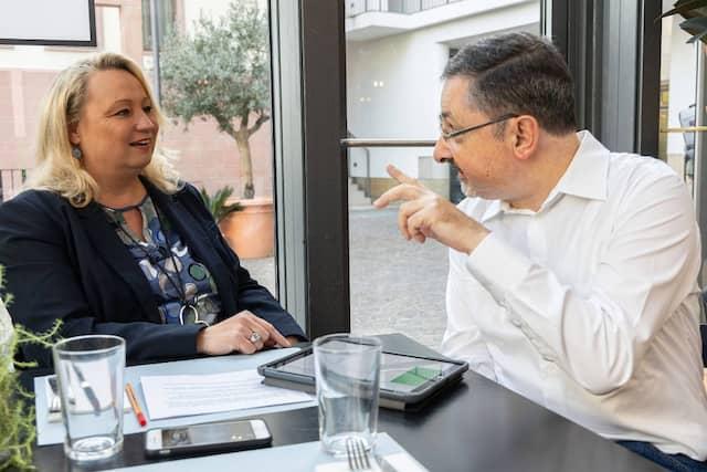 Christian Wanek versucht, seine Debattenpartnerin Ilo Kenji von seinen Argumenten zu überzeugen.