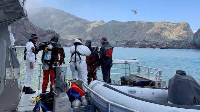 Noch immer suchen Rettungskräfte auf und um White  Island nach Opfern des Vulkan-Ausbruchs.