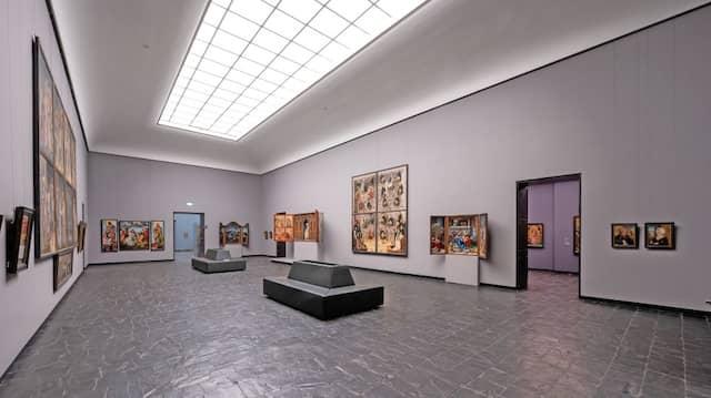 LED-Technik und  Wandfarben in Blau- und Grautönen unterstreichen die neue Wirkung der Alten Meister.