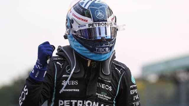 Jubel beim Außenseiter: Valtteri Bottas schnappte Teamkollege Lewis Hamilton die Poleposition für das Sprintrennen weg.