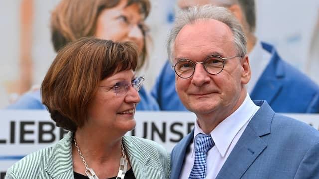 Sachsen-Anhalts Ministerpräsident Reiner Haseloff (CDU) und eine Ehefrau Gabriele auf dem Weg zur Wahlparty am Sonntag in Magdeburg
