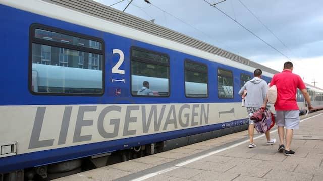 Reisende gehen zu einem Nachtzug (EuroNight) der ÖBB (Österreichische Bundesbahnen), der zur Abfahrt nach Wien im Bahnhof Altona bereitsteht.