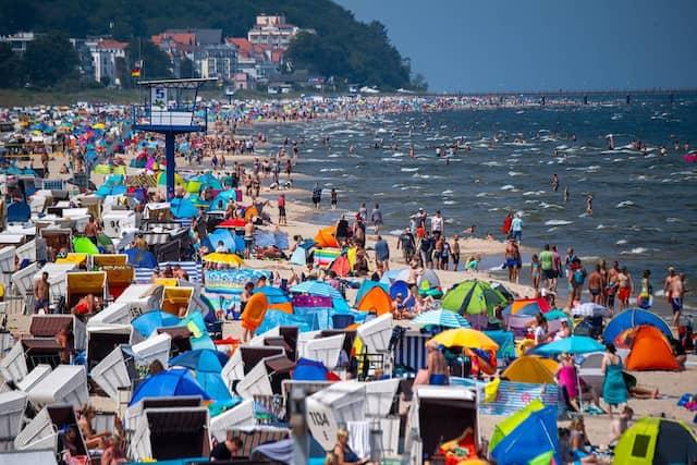 Unbeschwerter Urlaub? Der gut gefüllte Strand des Ostseebades Heringsdorf in Mecklenburg-Vorpommern am Wochenende