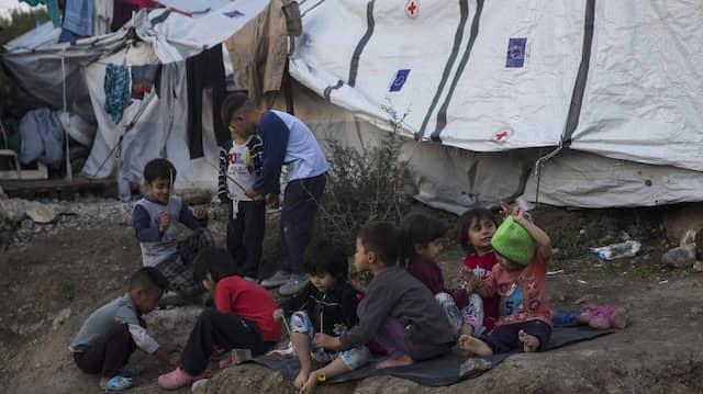 Kinder spielen im November 2019 im Flüchtlingslager Moria, das Anfang September niedergebrannt ist.