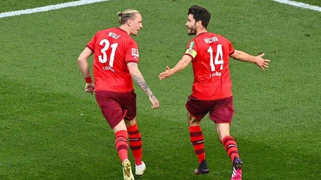Kapitän Jonas Hector (r.) schießt für den FC nun wichtige Tore.