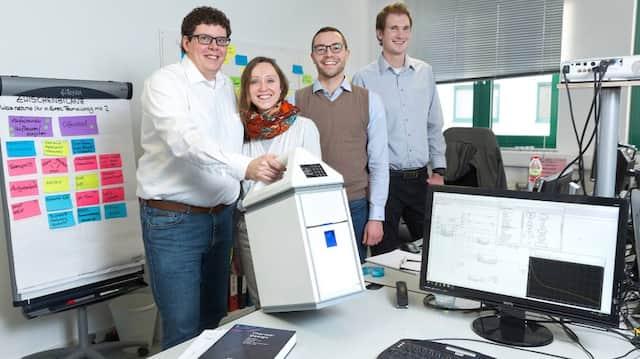 Erfinderisch: Gründer Martin Voigt (links), Ina Brecheis, Nico Höler und Julian Poths (rechts) von der Nelumbox GmbH mit ihrem Kühlgerät für Arzneien.