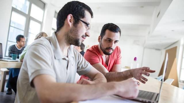 Zwei junge Gründer einer Handy-App bekommen im Frankfurter Social Impact Lab Unterstützung auf dem Weg in die Selbstständigkeit.