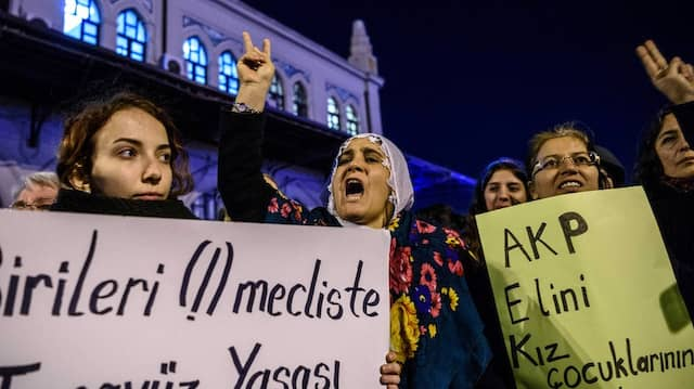 Frauen demonstrieren am Freitag in Istanbul gegen die Pläne der AKP