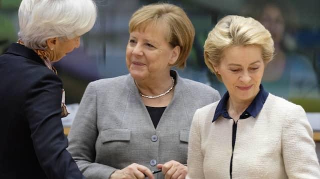 """""""Chapeau"""" für den Wahlsieger: EZB-Präsidentin Lagarde, Merkel und von der Leyen am Freitag in Brüssel"""