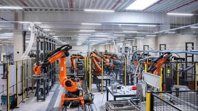 Vollautomatisch: Die Gigafactory von Akasol im Südwesten Darmstadts kommt fast ohne Mitarbeiter aus.