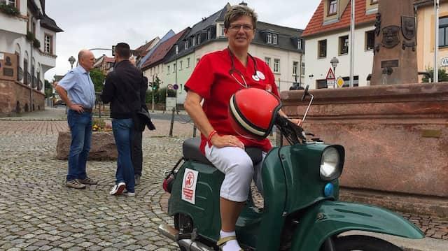 Schwester Agnes  Petra Franz-Bohn sitzt beim Wahlkampftermin der Linken in Nossen auf einer Schwalbe.
