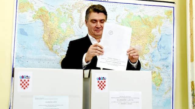 Der Parteichef der Sozialdemokraten Zoran Milanovic bei der Wahlabgabe in Zagreb