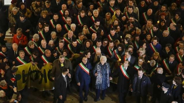 Die Auschwitz-Überlebende Liliana Segre im Kreis italienischer Bürgermeister.