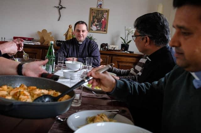 Pastor Andre Aßheuer mit indischen Priestern beim Abendessen