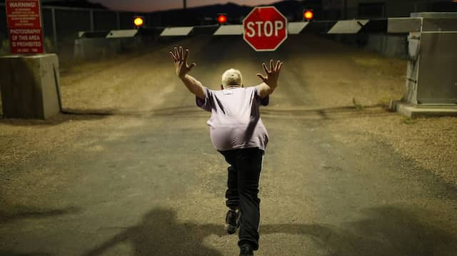 """Danny Philippou aus Australien gibt vor, einen """"Naruto Run"""" auf den Eingang zum Nevada Test-and-Training-Gelände zu laufen."""