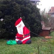 Einem Weihnachtsmann im Vorgarten eines Hauses in Brandenburg ist in den letzten Wochen mächtig die Luft ausgegangen.