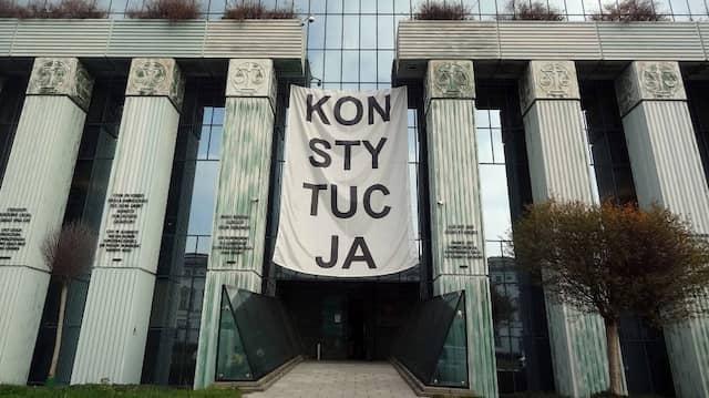 Über dem Haupteingang des Obersten Gerichts in Warschau hängt ein Banner mit der Aufschrift Konsytucja (Verfassung).