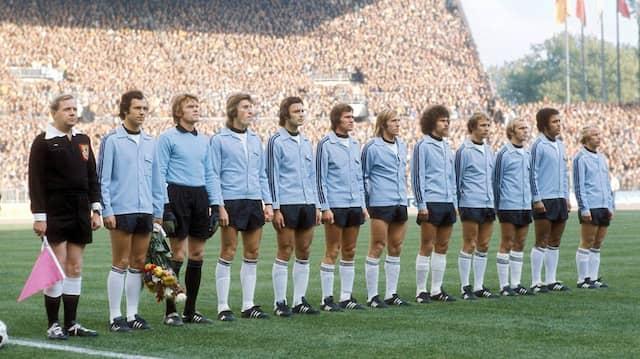Erwin Kostedde (zweiter von rechts), der erste schwarze Spieler in der deutschen Nationalmannschaft, 1975 vor der Partie gegen Griechenland